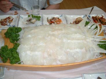 カレイの刺身 : どどーんと大量に!日本式にわさび醤油で食べるもよし、韓国式にコチュジャンをつけて野菜で巻いて食べるもよし。