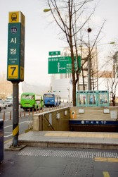 地下鉄1号線市庁駅⑦番出口をでて直進します