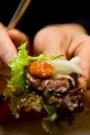 生カルビの食べ方    野菜で巻いてお味噌を