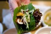 生カルビの食べ方        野菜とにんにくを入れ