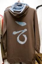 イチオシハングルTシャツフード付 色と珍しい
