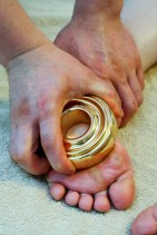 金の穴あき小鉢から発せられる電流が身體の循