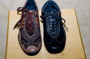 スエード皮の運動靴