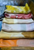 落ち着いた色合いのスカーフ