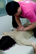 スポーツマッサージ用 : 息を吐き出すタイミングにあわせ、背中など凝っている部分、体の悪い部分を押します。