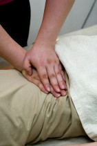 腹部マッサージ : 息を吐くタイミングと一緒に指圧します。痛みがあるところは内臓が疲れで腫れている証拠。便秘解消などの効果があります