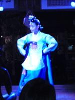 毎晩約1時間、唄や舞など伝統芸能のステージを堪能できます。