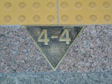 地下鉄ホームにある数字