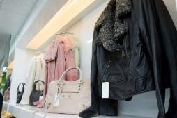 黒、ピンク、白皮ジャケット