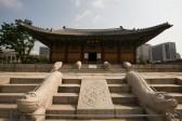 中和殿前 : 魔除けをするヘテと皇帝の象徴である龍の装飾