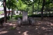 下馬碑 : この石碑があるところでは、上の者も下の者も関係なく、馬を下りて王に対する敬意を表す