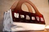 取っ手が螺鈿で加工されたバッグ
