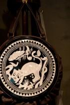 伝統の螺鈿漆器を使った独創的なバッグ