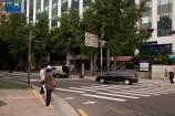 横断歩道に出ます