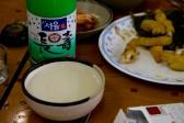 地元の人は天ぷらと一緒にマッコリを飲んでま