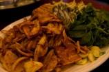 キムチと豚肉、そして野菜を鉄板で焼いて食べ