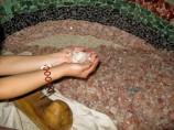 この原石が熱を持って体を温めます