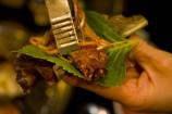 野菜をたくさん持ってお肉と一緒に巻いて食べ