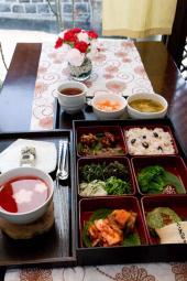 お弁当セットとデザートの伝統茶