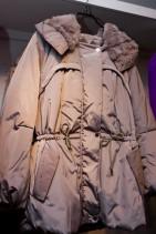 暖かくておしゃれなスモーキー色のコート