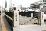 地下鉄明洞駅⑨番出口を出て直進します。