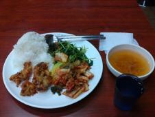格安で食べ放題の、学食スタイルの食堂