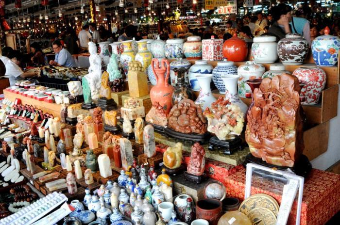 店内の様子 : 手前の彫り物は、時価数10万円もするのだとか。どの品物にも値札がついておらず、自分の目利きが頼りだ。