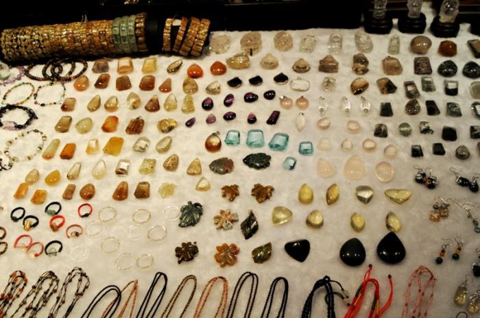他にもいろいろある : お店の小姐に値段を尋ねながら、手頃な石を物色して