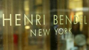 50957041PK037_Loca : NEW YORK - JUNE 14:  Henri Bendel Store on Fifth Ave June 14, 2004 in New York City.  (Photo by Peter Kramer/Getty Images)