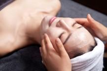 女性の顔にクリームを塗っている。