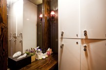 右手には白いロッカー、左手には大きな鏡と化粧台がある。