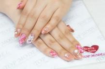 爪をピンク色に塗った手。