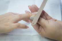 爪をやすりで削ります。
