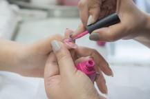 爪にピンクの液体を塗ります。