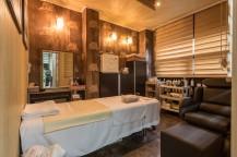 部屋の中にベッド、鏡、棚があり、暖かい色の照明がついている。