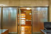 ガラス戸にビジネスセンターと書かれており、奥が部屋になっている。