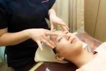 顔のマッサージを受ける女性。