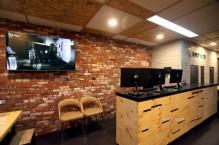 レンガの壁に木目調のカウンター