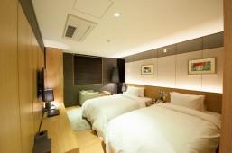 部屋にベッドが2台並んでいる。