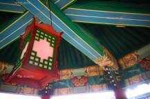 華やかな色で塗られた朝鮮時代の建物の天井と電燈