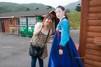 イ・ヨンエの写真パネルと写真を撮る女性