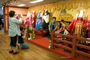 韓国伝統衣装を着て写真撮影
