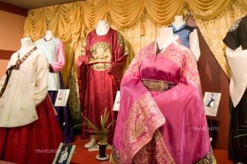 韓国伝統衣装を着たマネキンが並んでいる。