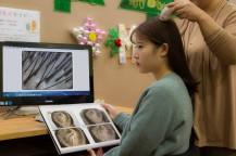 頭皮の画像を見ている女性