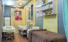ベッドが3台置かれ、壁に化粧品が置かれた棚がある。