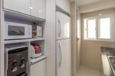 壁にそって、冷蔵庫、電子レンジ、浄水器、炊飯器が置いてある。