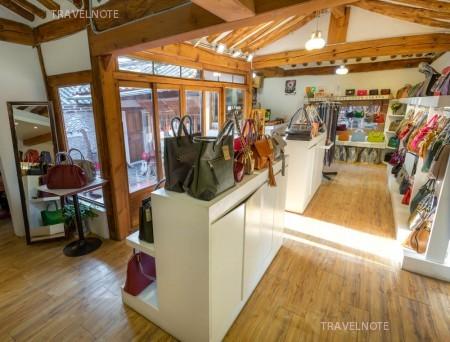 韓国伝統家屋「韓家」をリフォームした店内にバッグが陳列されている。