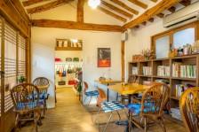 韓屋の室内に木製のテーブルとイスが並んでいる。