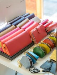 カラフルな財布が並んでいる。
