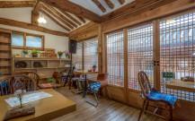 韓国らしい木の格子窓がある部屋。